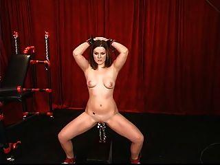 Morena jovem e sexy tem sua buceira apertada e ponderada pelo mestre