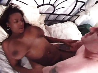 linda garota negra com grandes seios