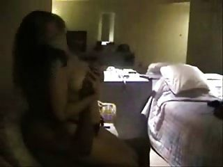em um quarto de hotel com um touro preto