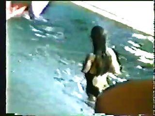 uma nadadora amputada com axilas peludas