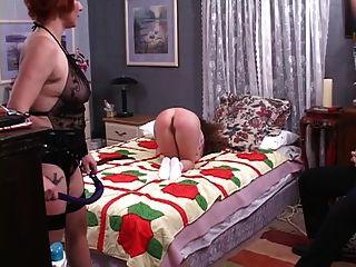 A linda lesbiana dominatrix derruba o inferno de uma linda garota mais nova
