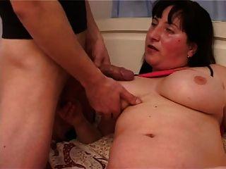 Mamãe gorda com seios flácidos, boceta peluda e cara