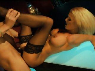 Britney blonde é fodido no bar em meias