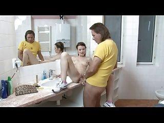 jovem morena alemã fica fodida no banheiro