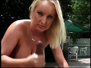 Blonde de olhos azuis dá garanhão preto um handjob ao ar livre junto à piscina