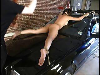 mika tan dominado enquanto amarrado a um carro