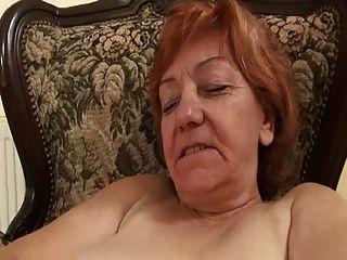 velha senhora freneticamente esfregando sua cobra peluda