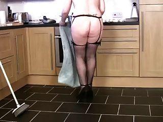 A dona de casa madura e grossa limpa e cums