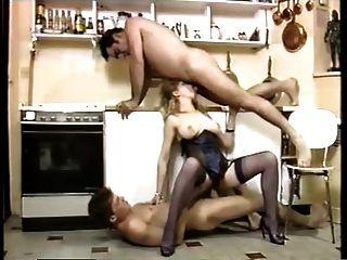 Servidor sexy de dupla penetração em uma cozinha