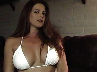 Babe sexy quente em biquíni fumando e provocando