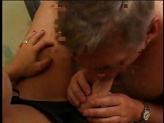 uma garota sexy com uma pulseira de sexo e um sujeito que suga brinquedo sexual no banheiro