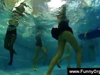 menina lamber uma buceta durante uma festa na piscina