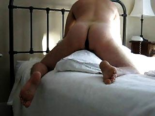 corcunda o travesseiro com o vibrador no burro (e coma cum do preservativo)