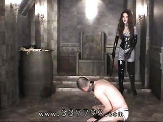 japonês femdom kira atinge corpo de escravos com um chicote
