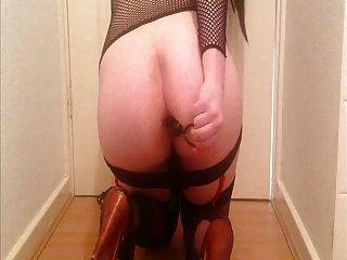 Sissy se diverte com contas anal, braçadeiras e vibrador de mamilo