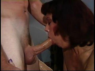 uma prostituta mais velha esfrega sua bichinha no palco para ser fodida por um jovem gostoso