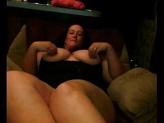 gordo gordo de gordura com mamas grandes mostrando seu bichano