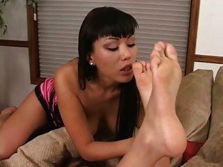 pés asiáticos adorando lésbicas
