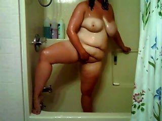 garota gordinha no banheiro brinca com sua buceta