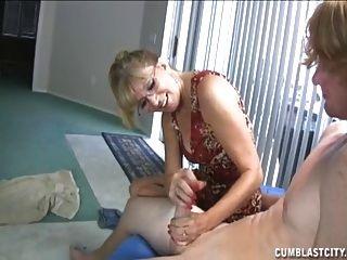 a mulher madura e naughty recebe um cumblast