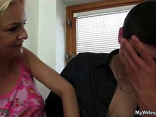 A esposa entra e vê seu bf foder sua mãe