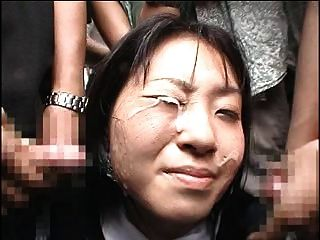 menina japonesa recebe um bukkake em público
