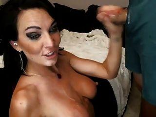 Sexxy garganta morena foda-se e gags em um pequeno pau na cam