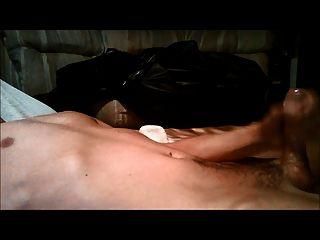 masturbando-se a numerosos orgasmos secos, seguido de corrida