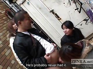 As mulheres japonesas provocam o homem em público via handjob subtitulado