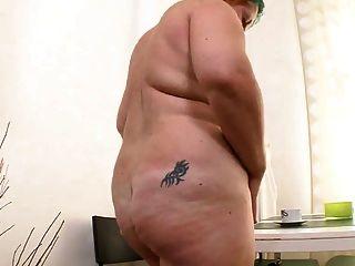 menina gordinha se masturba com um vibrador preto