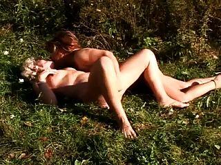 duas avós que têm sexo lésbico ao ar livre
