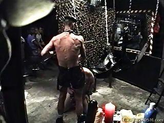 escravo gordinho derrubado e usado pelo mestre revestido de couro