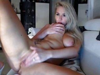 loira com bigs masturnates e tem orgasmo na câmara ao vivo