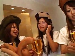 mulheres japonesas e estrangeiras fodem juntas