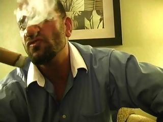 músculos quentes fumando cigarro e galo