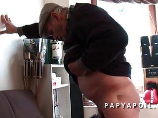 papy se fait pomper par une black qui se fait sodomiser