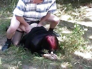 jovem ruiva sugando e fodendo ao ar livre