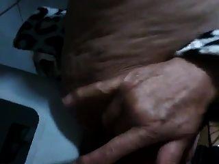 Vovó brasileira esguichando com sua gatinha peluda
