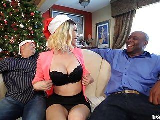Cuckold Christmas Cena com o belo transsexual