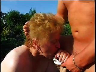 Granny gorda fodida no jardim