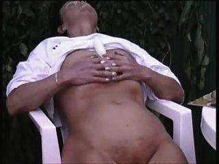 senhora mais velha masturbando ao ar livre