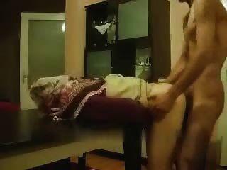 A menina amadora árabe fica por trás da mesa
