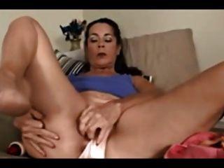 mamãe idosa excitada masturbando usando um vibrador