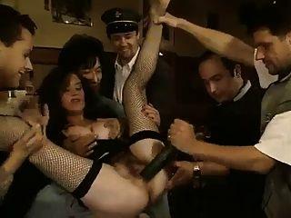 Clássico moreno pepino e bichano no bar público