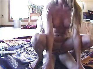 mulher amadora monta o homem e brinca com o desconhecido do brinquedo