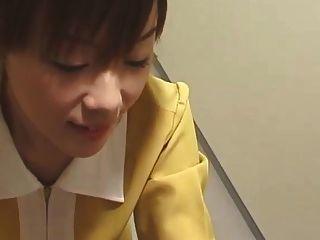 Malha de elevador japonesa com luvas brancas