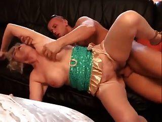 granny blonde german envolve seus lábios em torno de Dick