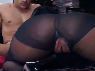 fodendo no chão em meia-calça preta