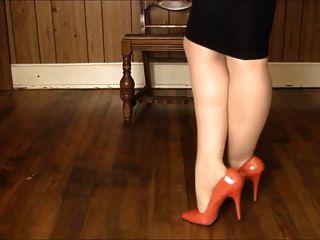 saia brilhante, calcanhares e jogadas nas pernas!
