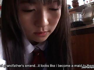 A ama de casa asiática é fodida e creme pelos amigos